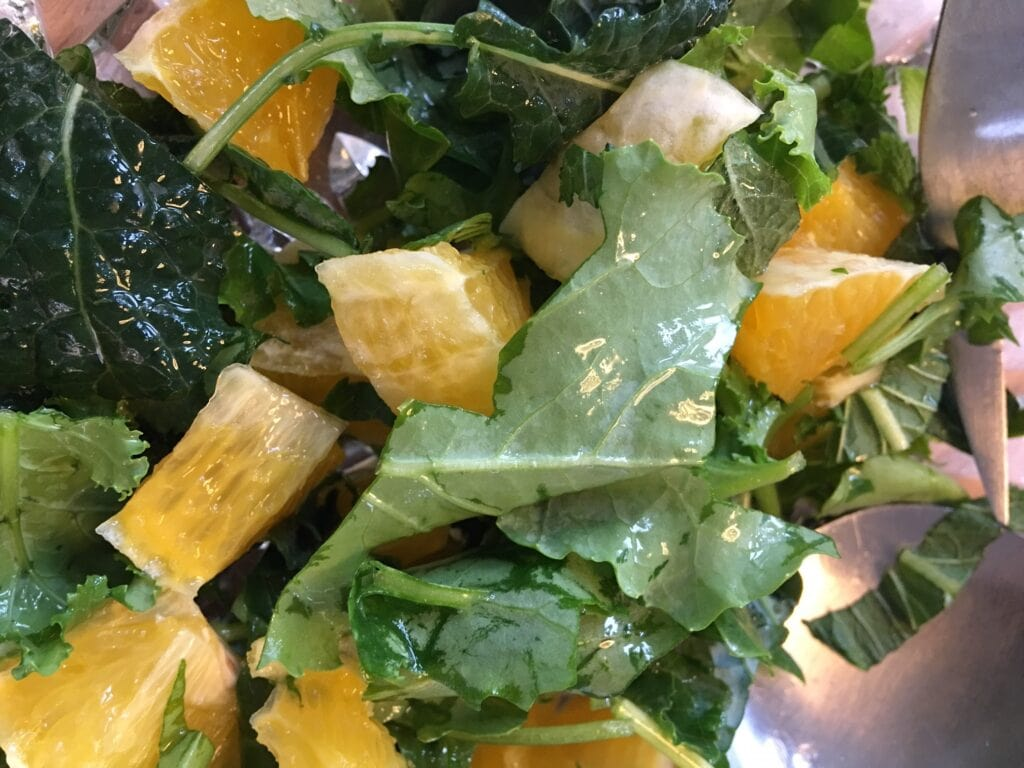 Grønkålsalat med appelsin og mynte