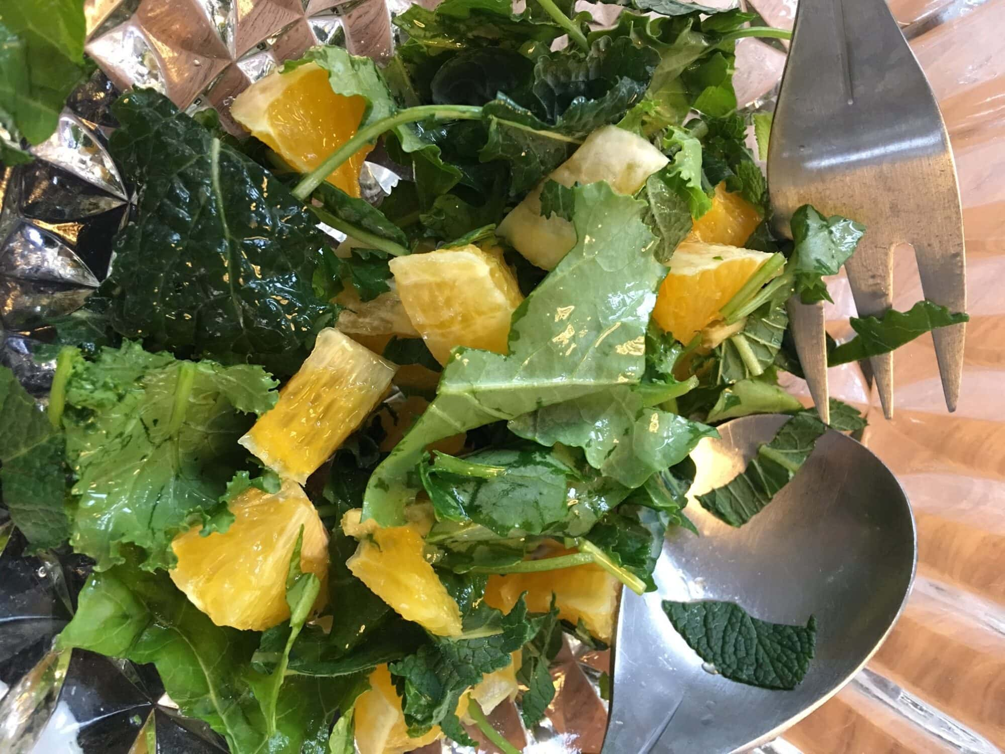 Appelsinsalat med mynte og grønkål